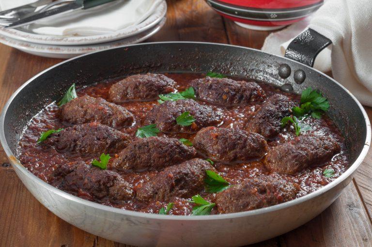 Суджукакя – гръцки кюфтета в доматен сос