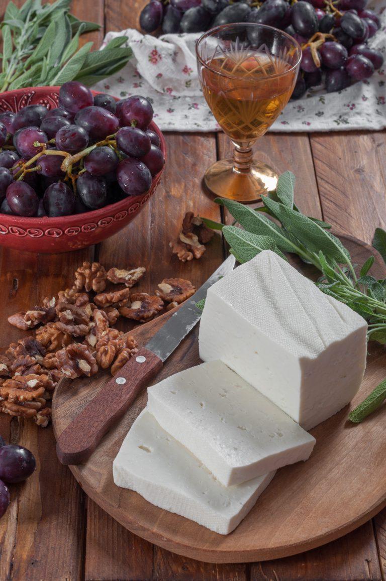 Прясно козе сирене, орехи, грозде, салвия
