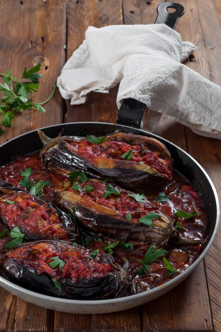 Имамбаялдъ – пълнени печени патладжани с лук, чушки и домати