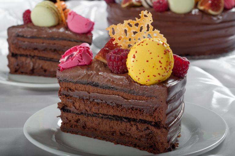 Шоколадова торта с френски макарони и плодове