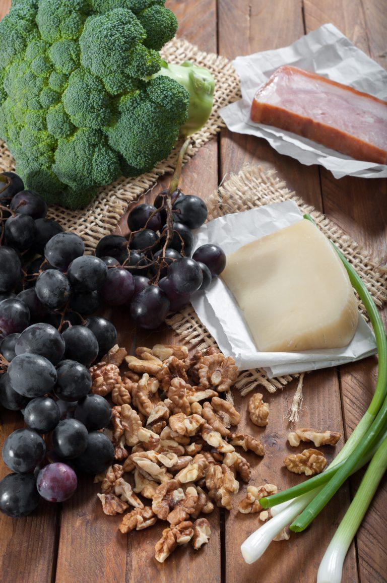 Продукти за салата от броколи и топъл дресинг с бекон
