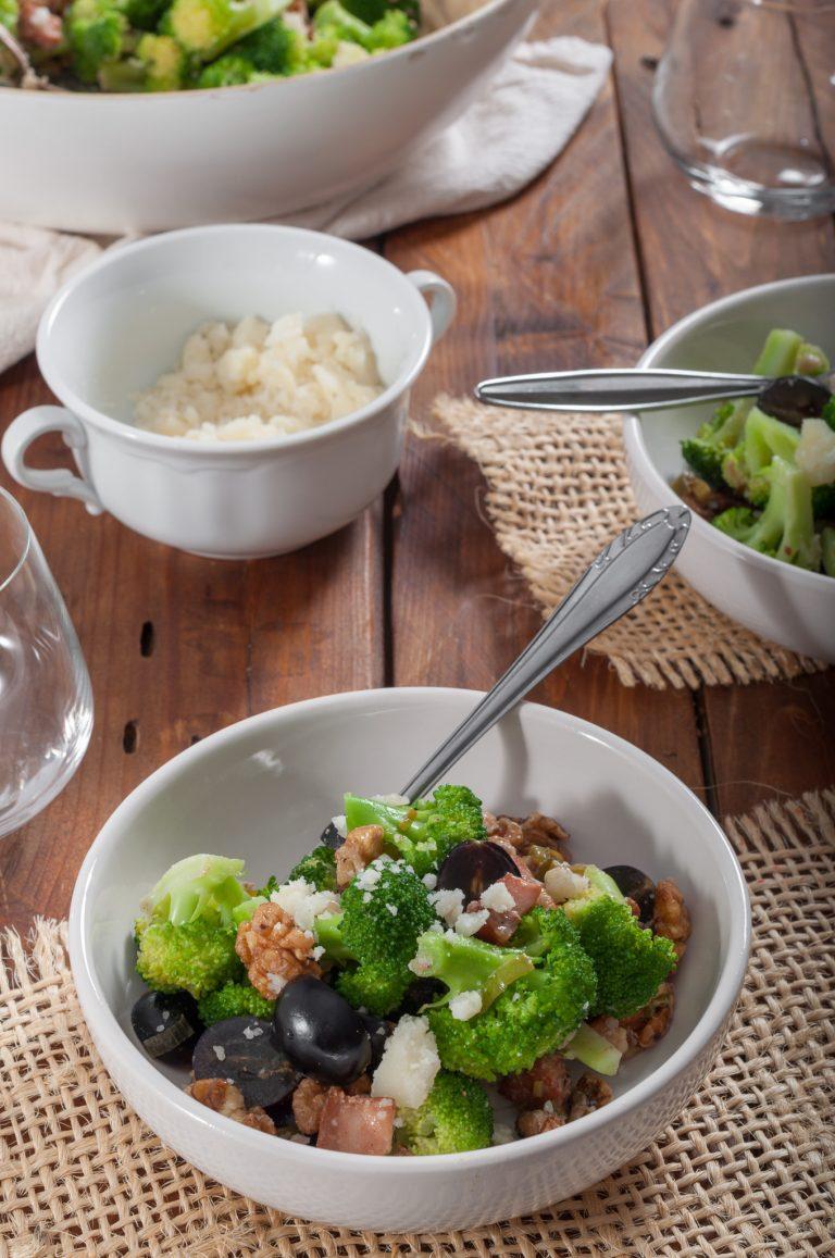 Салата с броколи и топъл дресинг с бекон