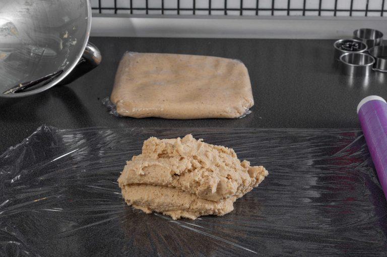 Тестото се разделя на две и се увива в стреч фолио