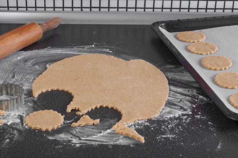 От тестото се изрязват бисквити