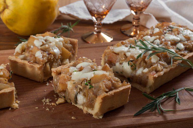 Тарт или тарталети с карамелизиран лук, дюли и сирене кефалогравиера