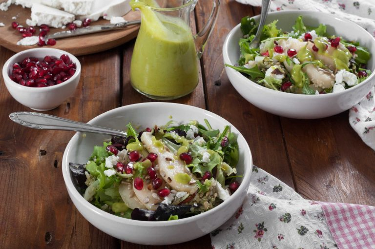 Зелени салати с киноа и круши, сирене манури и портокалов дресинг с авокадо