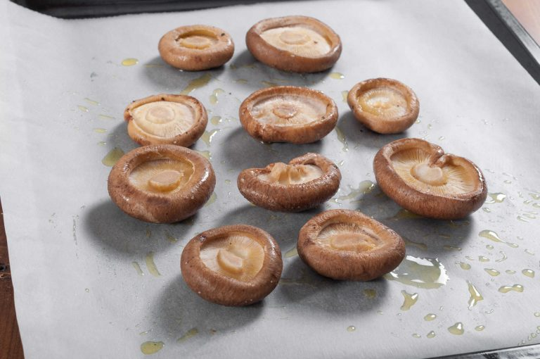 Гъби шийтаке, подготвени за печене