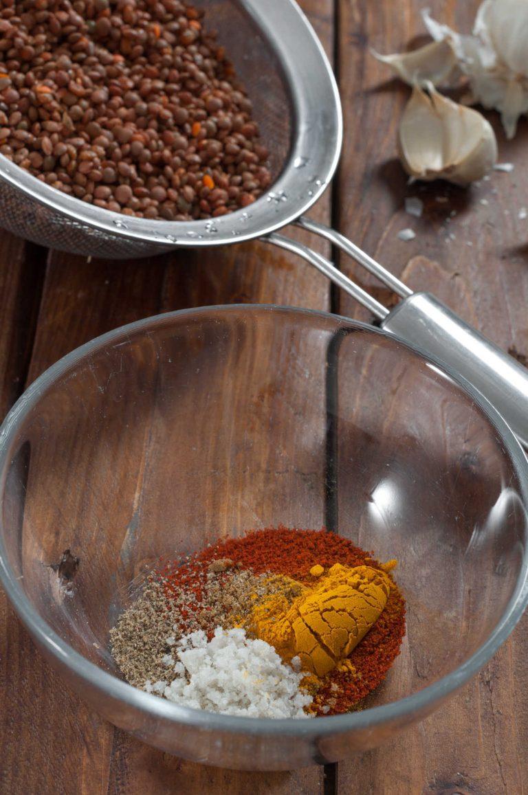 Подправки за кафява леща яхния със спанак и хрупкави гъби шийтаке