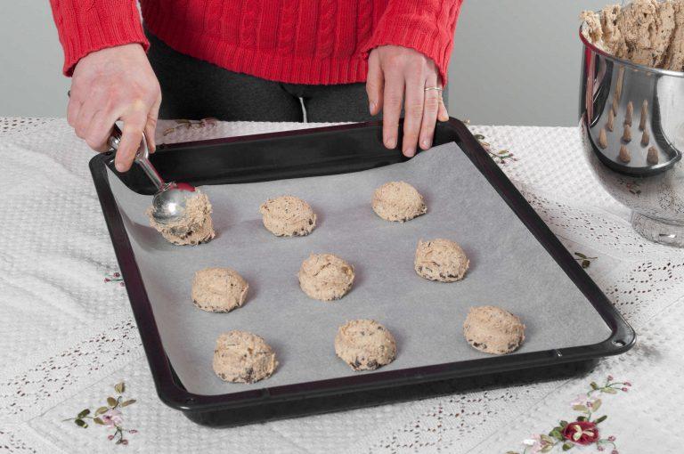 Приготвяне на бисквити с лешников тахан и парченца шоколад