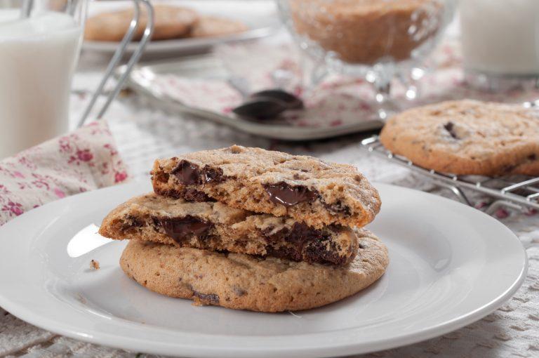 Бисквити с лешников тахан и парченца шоколад