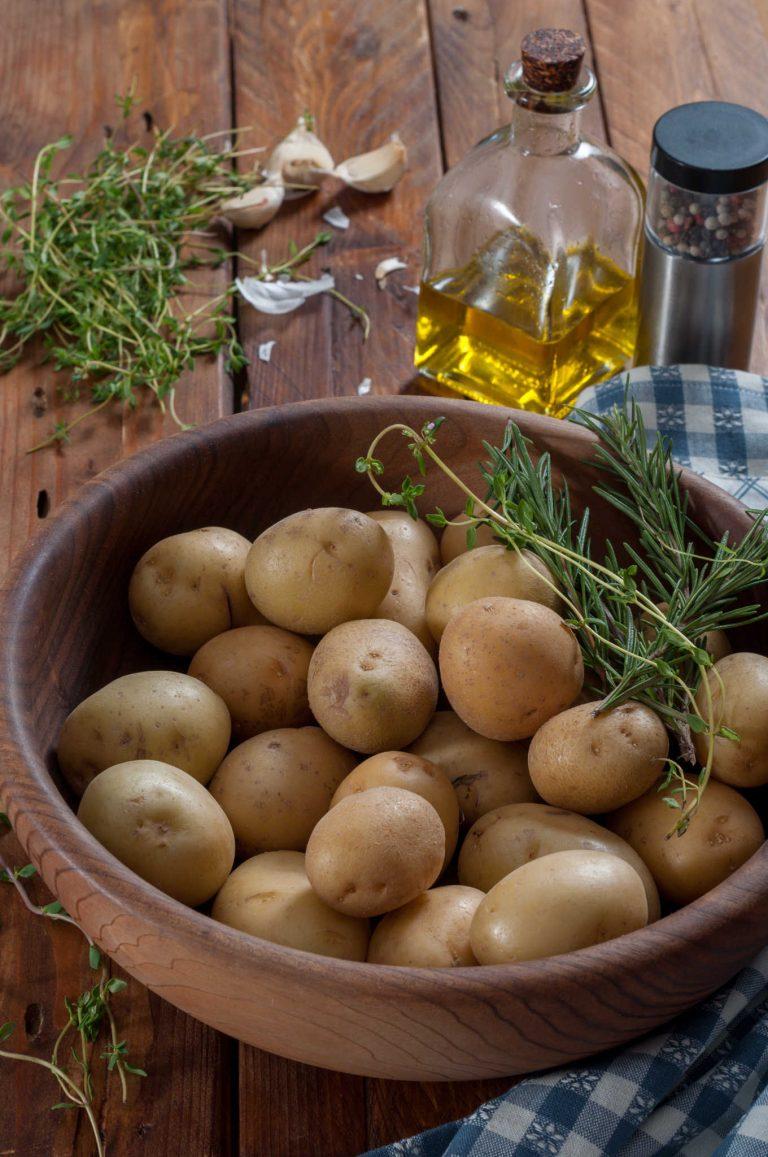 Дребни картофи, билки, чесън и зехтин за хрупкави печени картофи