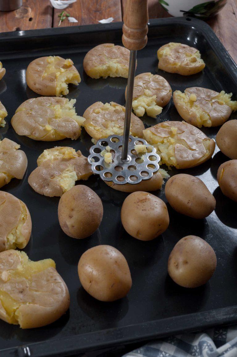 Сварените картофи се притискат леко с преса за картофи