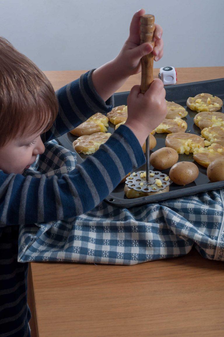 Даниел смачква сварените картофи