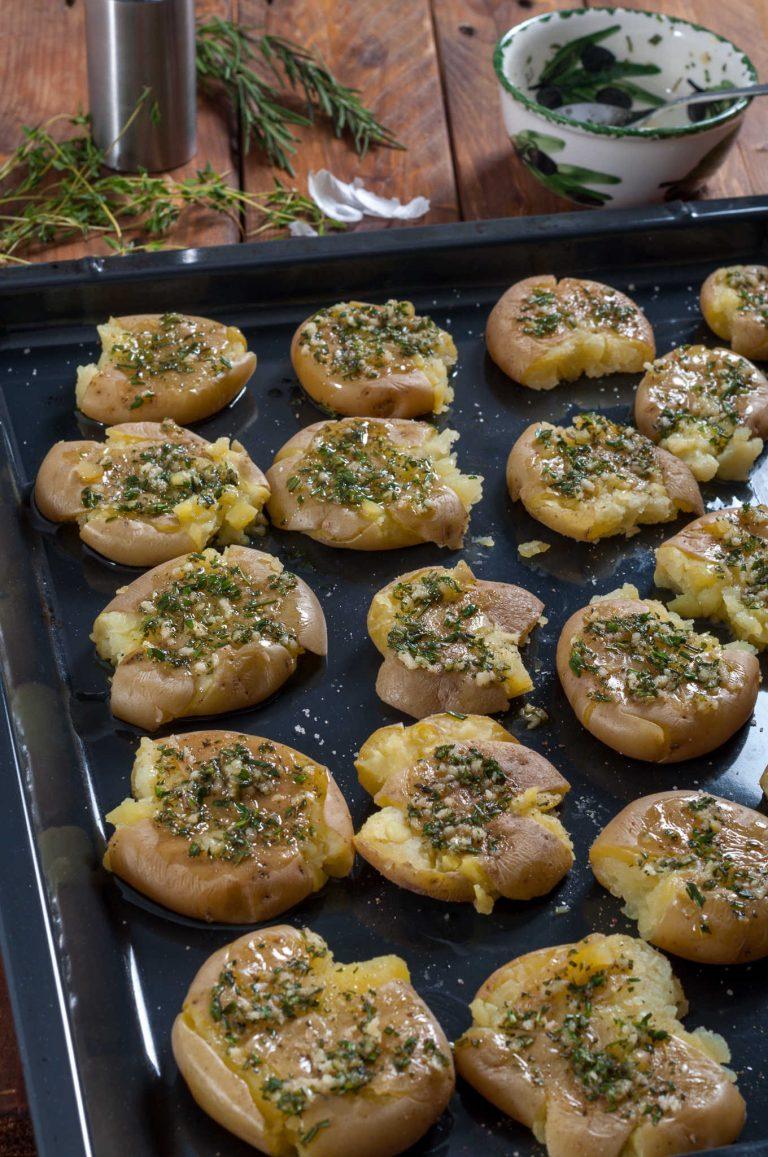 Овкусените картофи преди да се запекат