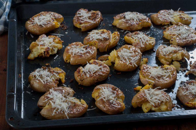 Запечените от другата страна картофи и поръсени с пармезан за финално запичане