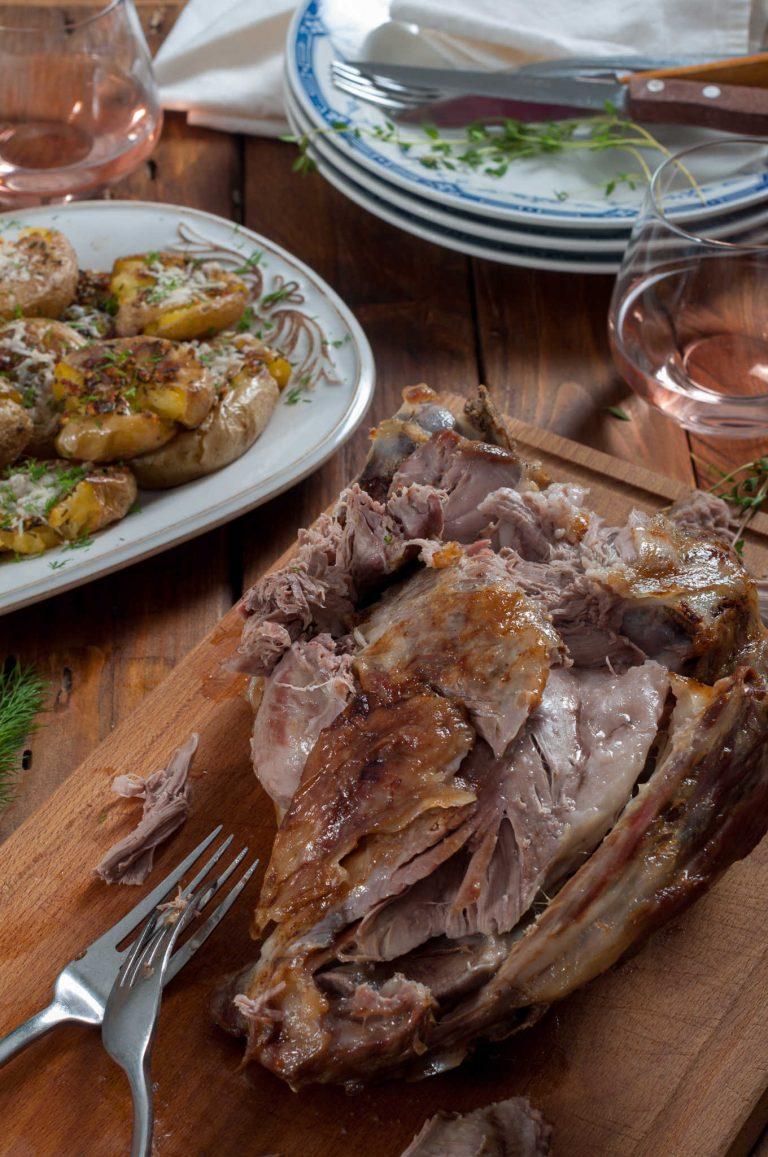Печен агнешки бут и хрупкави билкови картофи