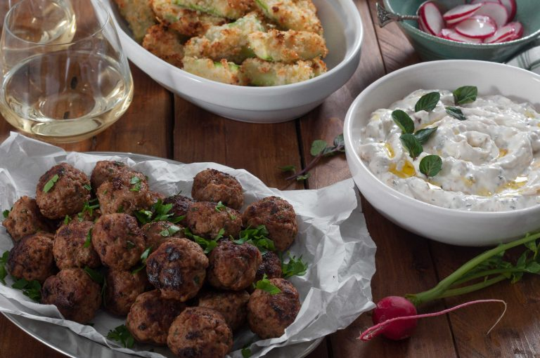 Агнешки кюфтенца, хрупкави тиквички с пармезан, млечен сос с карамелизиран лук и мента