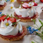 Тарталети с крем от ревен и ягоди и цвете от меренг