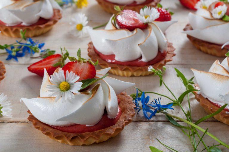 Тарталети с крем от ревен и ягоди и цветя от меренг
