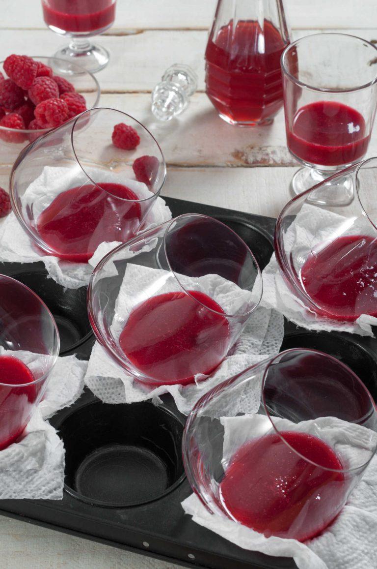 Запълване на чашите за десерта с розово-малиновото желе