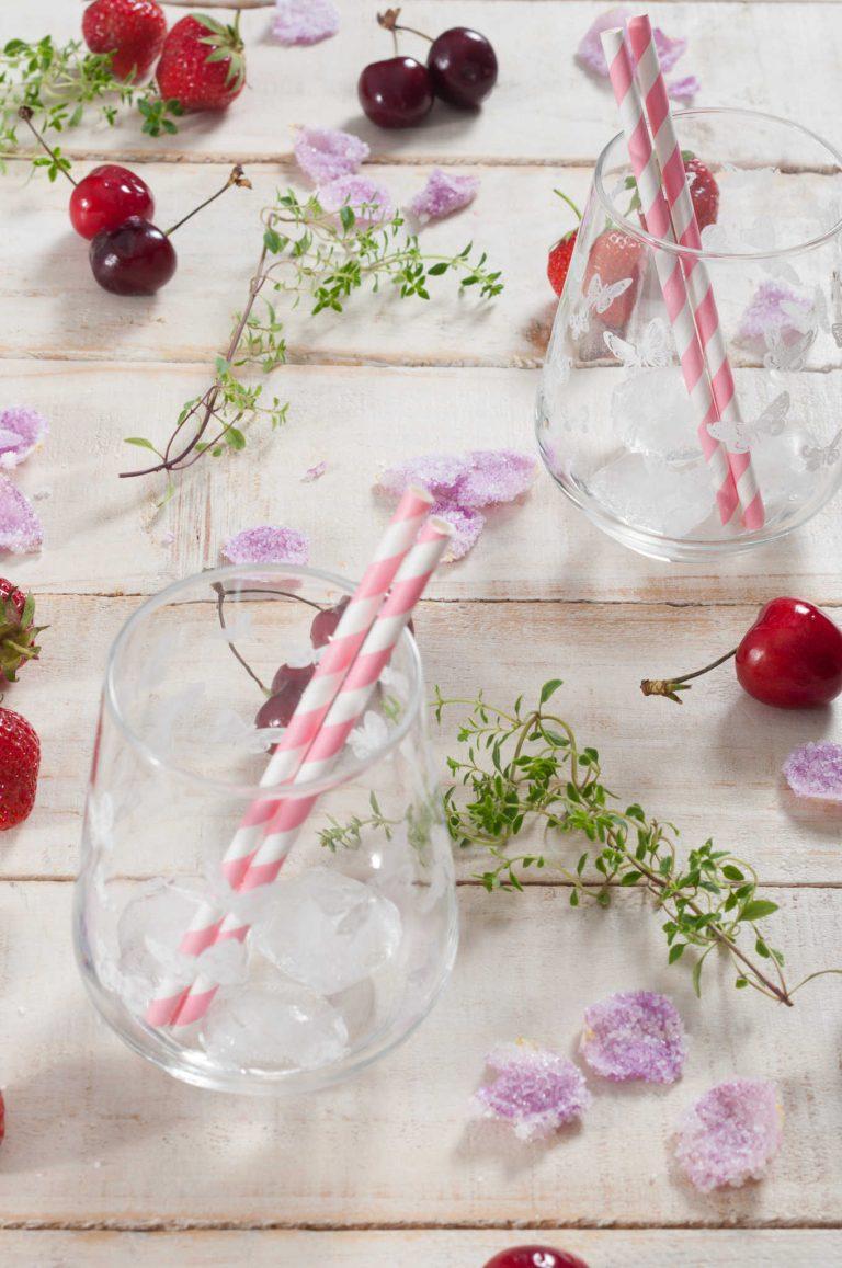 Декорация за просеко с ягоди, череши и рози