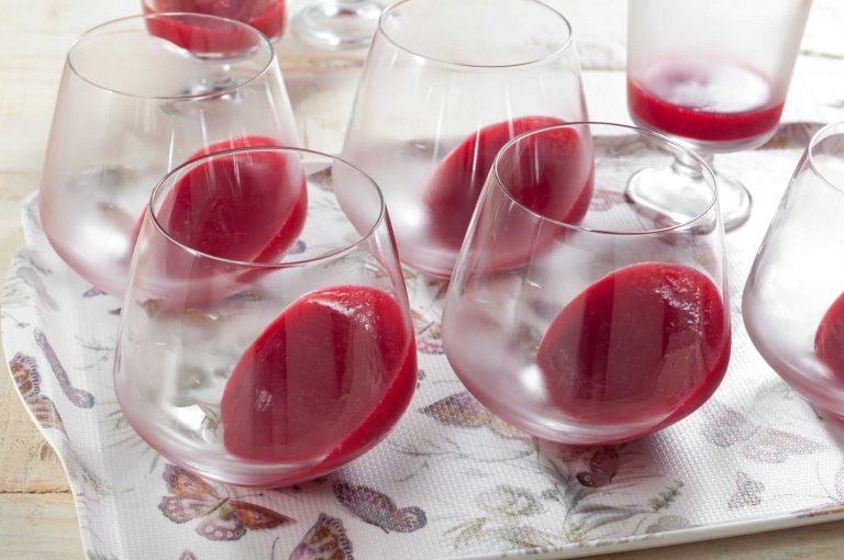 Стегналото желе от малини и рози в чашите