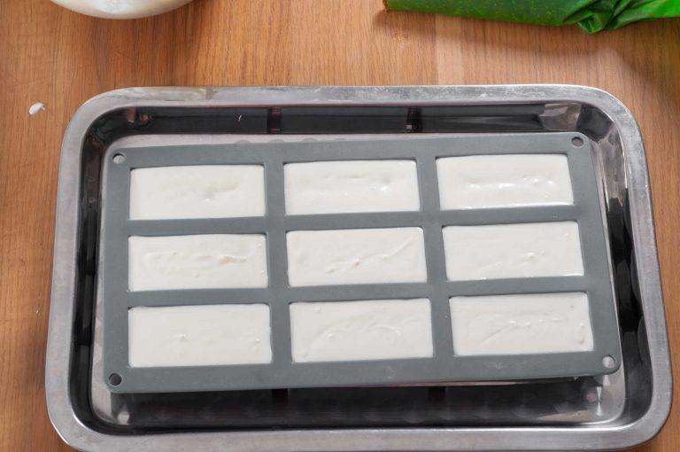 Сглобяване на десерта в силиконовите форми