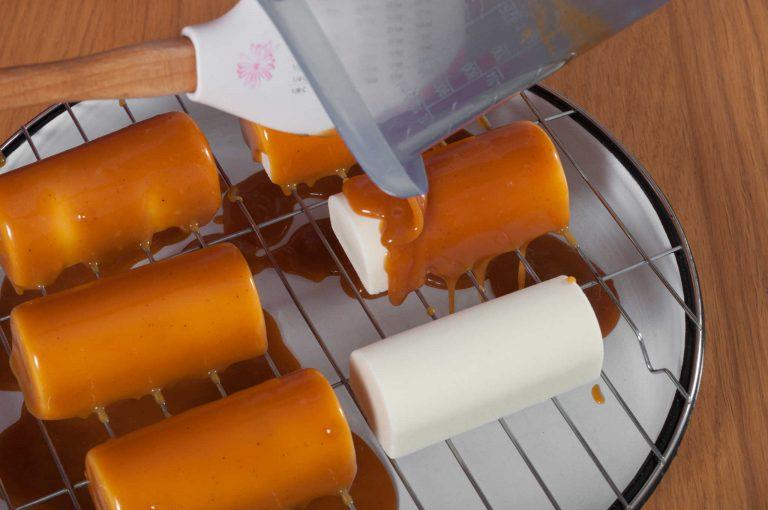 Покриване на десертите с карамелената глазура