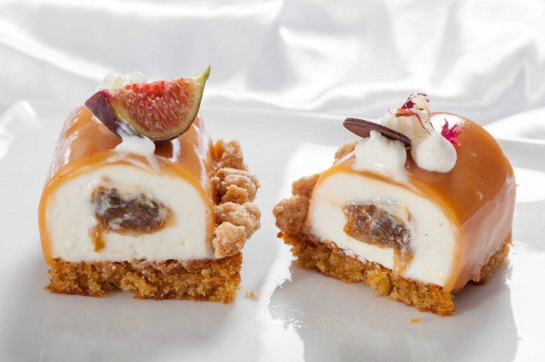 Меден кекс с махлеб, мус от манури и портокалов цвят, смокини в сладко вино, карамелена глазура и трохи в бял шоколад