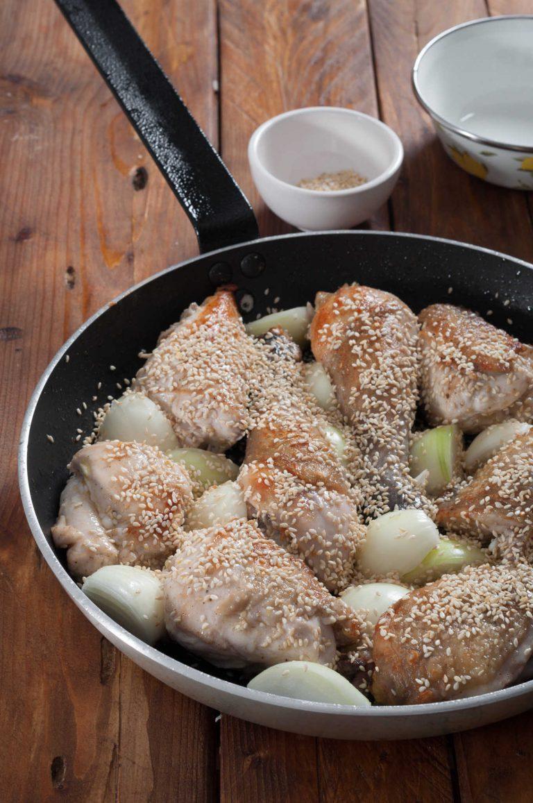 Изпърженото пиле с добавени в тигана лук и сусам