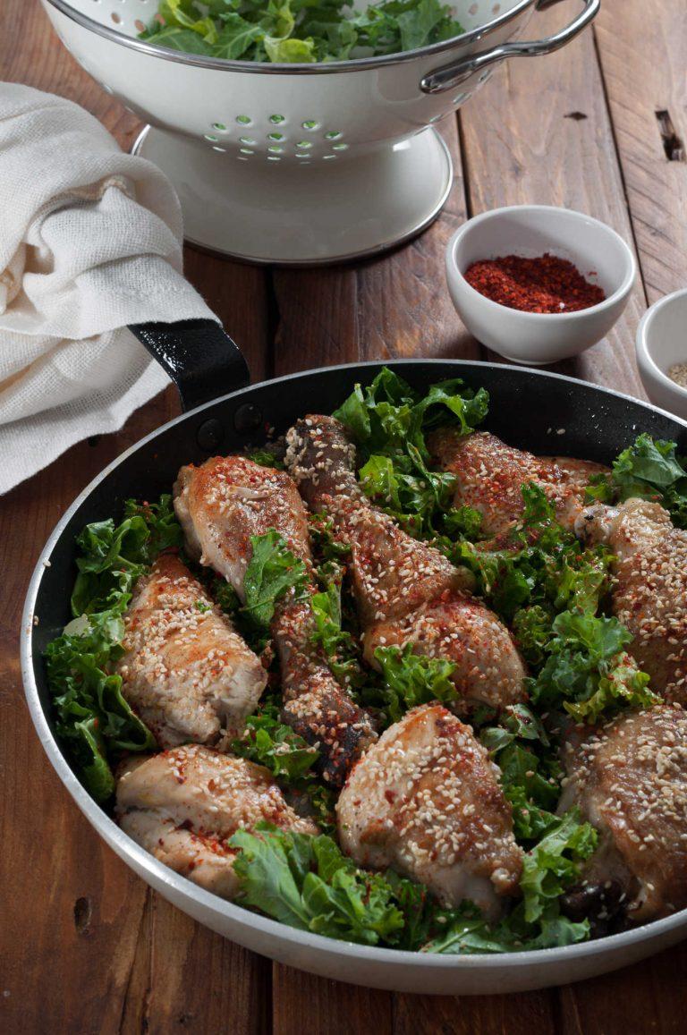 Добавяне на кейла към частично сготвеното пиле и лук
