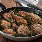 Печено пиле на тиган със сусам и кейл