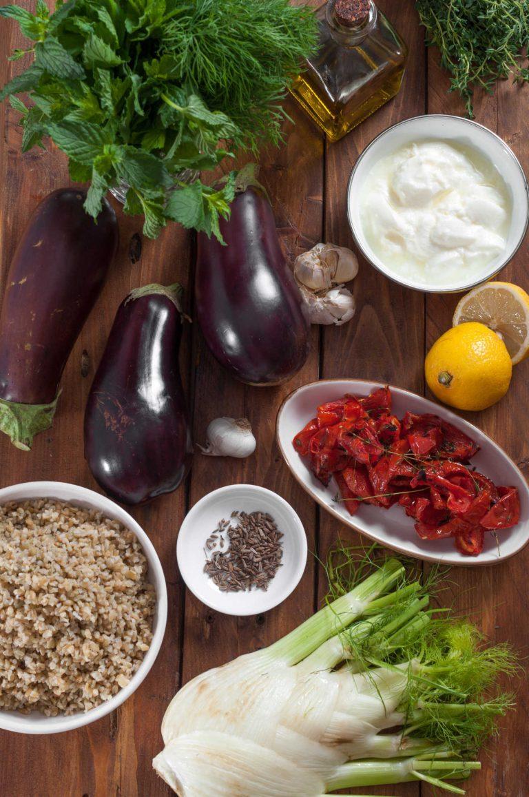 Продуктите за гриловани патладжани със салата от фрика, резене и млечен дресинг