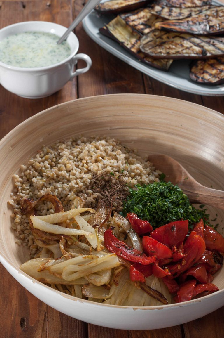 Смесване на сварената фрика със сотирано резене, полусушени домати и подправки