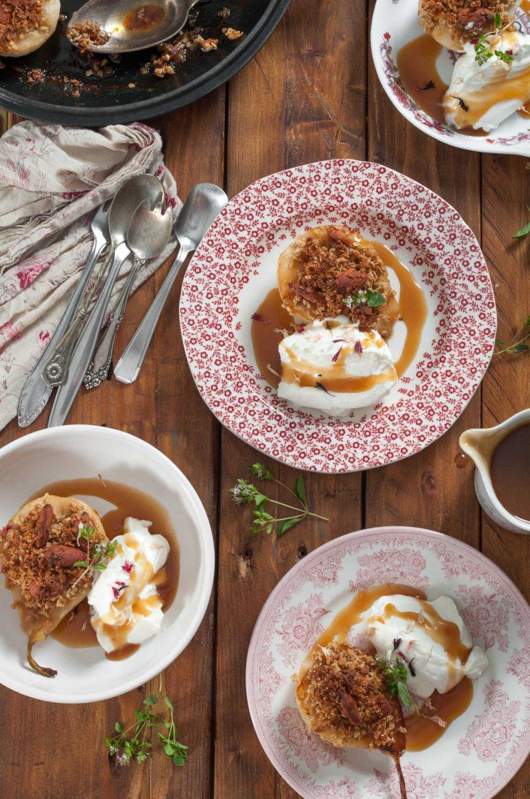Печени круши с бадемова гранола и карамелен сос с канела и кардамон