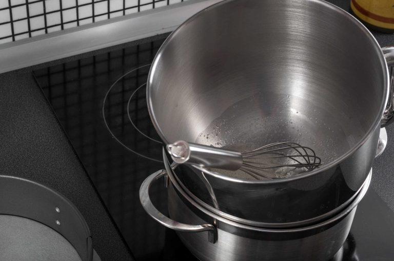 Белтъците и захарта се загряват на водна баня