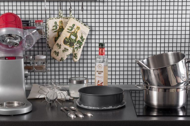 Белтъците и захарта за меренга се загряват на водна баня; подготвят се останалите продукти и материали