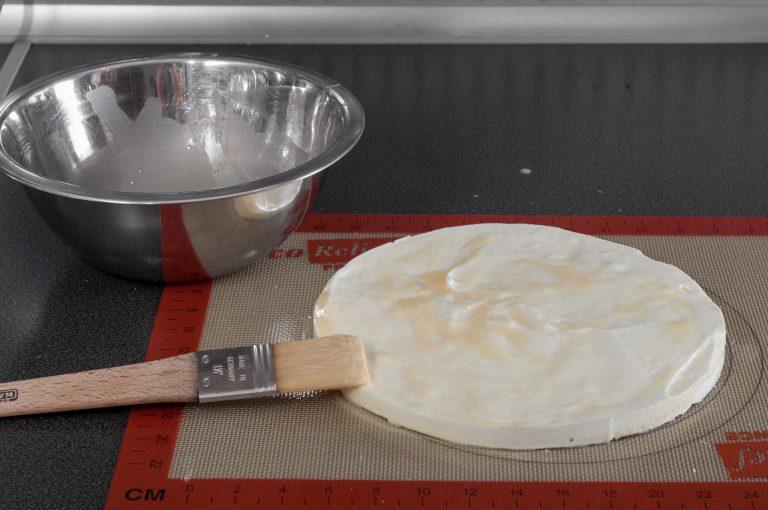 Охладената платка се намазва със смес от шоколад и какаово масло