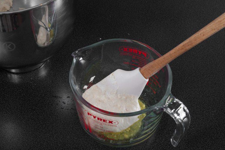 Смесване на част от меренга със сухите съставки и маслото за дакоаз