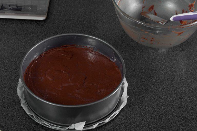 Сглобения център на тортата от меренг и шоколадово кремю