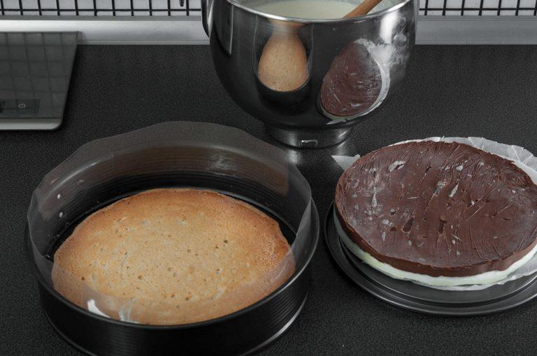 Сглобяване на тортата - поставената на дъното платка дакоаз