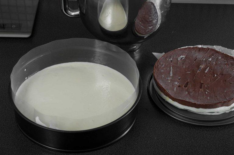 Сглобяване на тортата - покриване на платката дакоаз с част от ваниловия мус