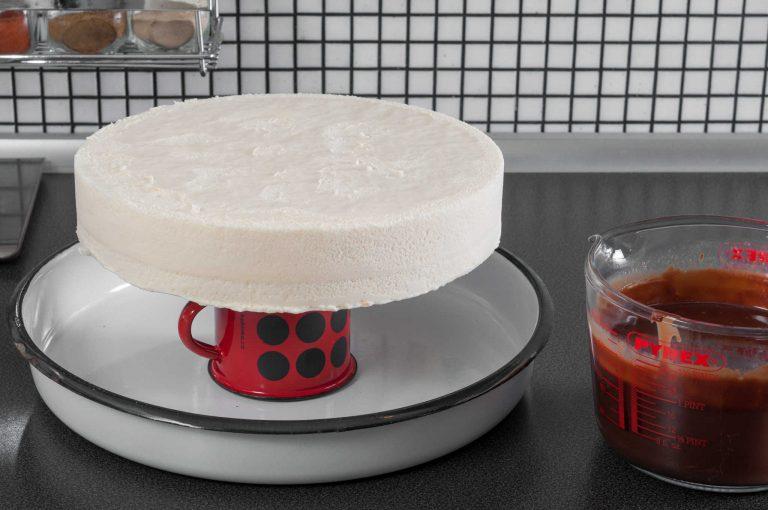 Тортата се освобождава от формата и се подготвя за заливане с глазурата