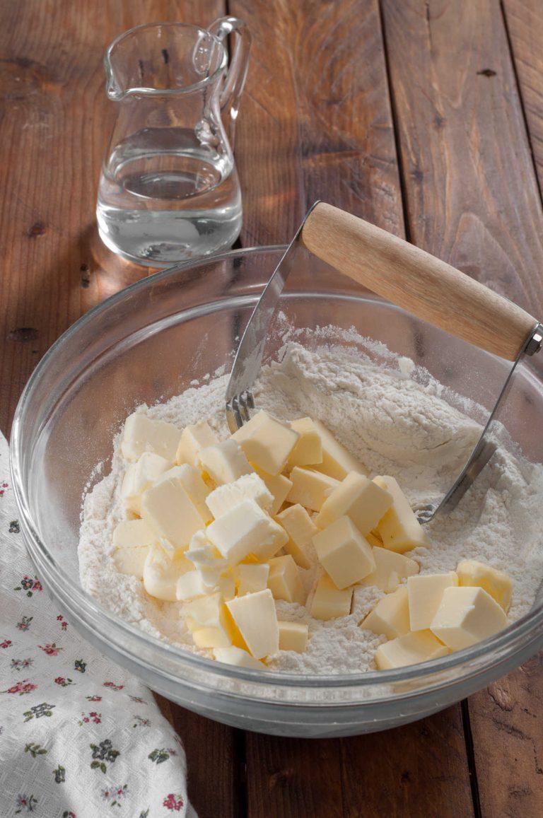 Приготвяне на тесто за пай - смесване на маслото с брашното и солта