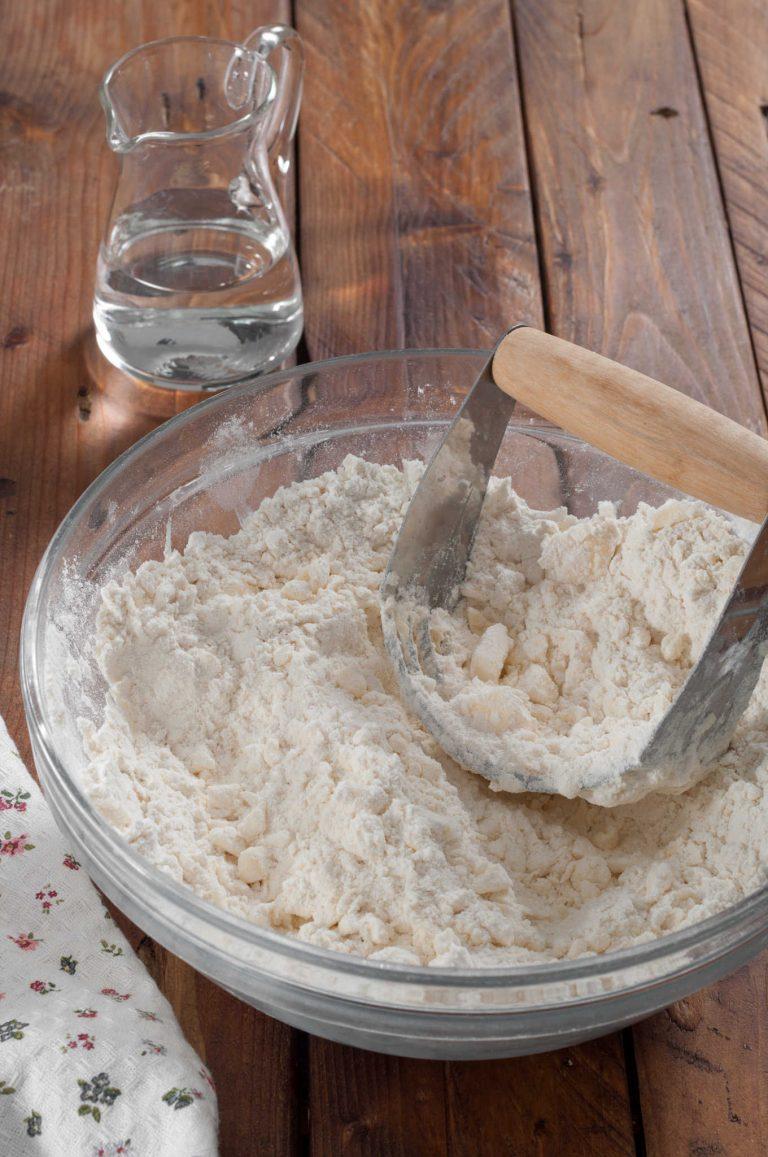 Приготвяне на тесто за пай - смесените парчета масло с брашното и солта