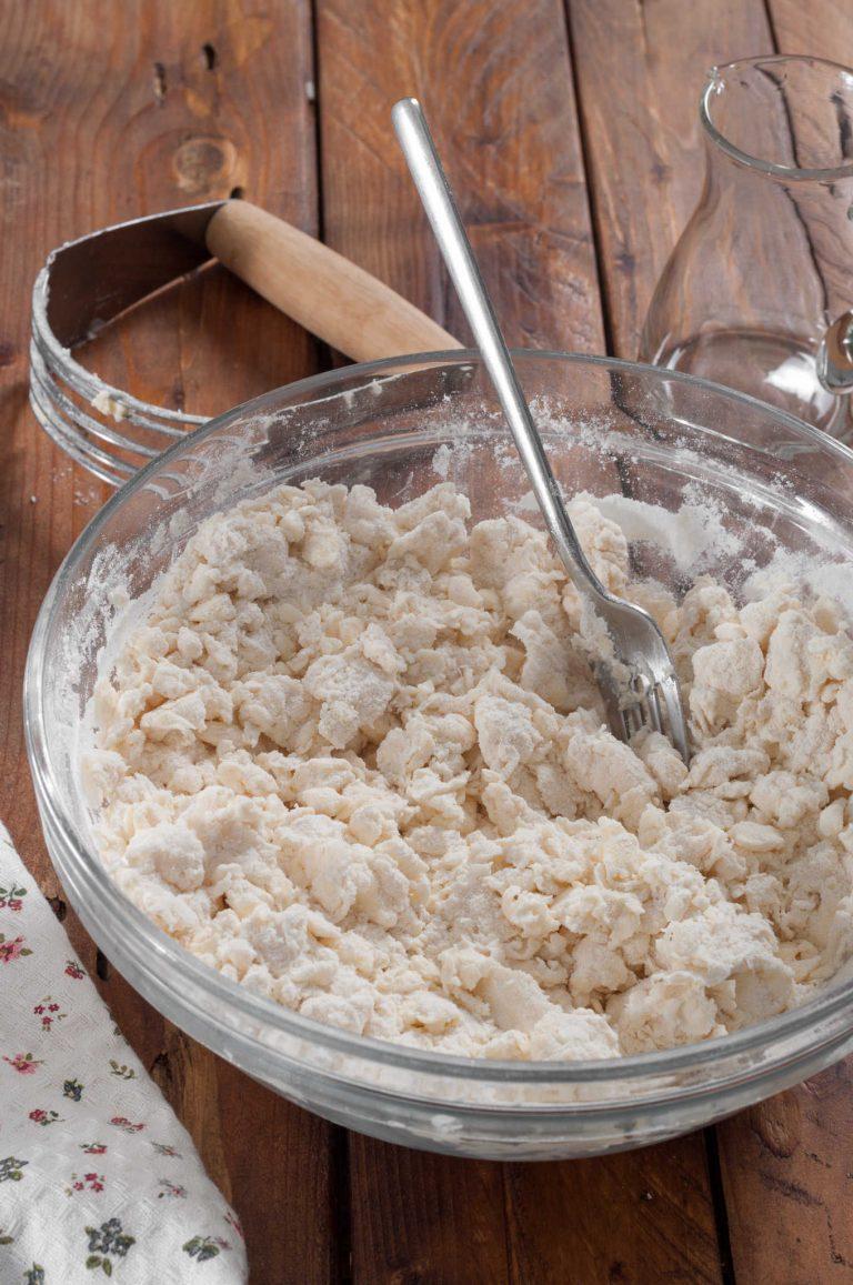 Приготвяне на тесто за пай - добавяне на ледена вода