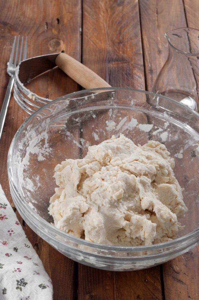 Приготвяне на тесто за пай - оформяне на масата в тесто