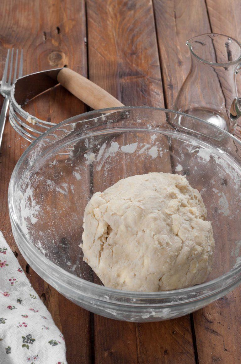 Приготвяне на тесто за пай - оформеното на топка тесто