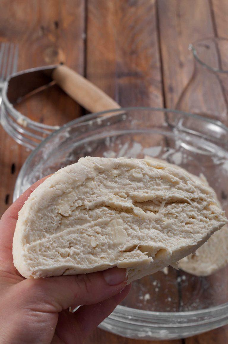 Приготвяне на тесто за пай - разрез на тестото, в което се виждат слоеве и парчета масло