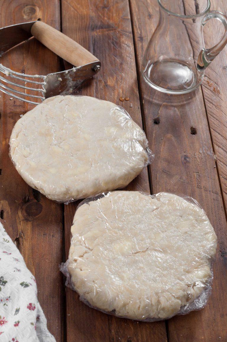 Приготвяне на тесто за пай - дозата се разделя на две и увива във фолио